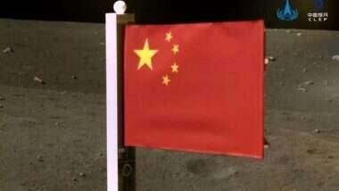 China: चंद्रमा की सतह से रवाना होने से पहले Chang'e-5 ने चांद पर चीनी ध्वज फहराया, देखें तस्वीर