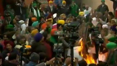 Farmers Protest: सिंघु बॉर्डर पर आंदोलन कर रहे किसानों ने लोहड़ी के मौके पर कृषि कानूनों की जलाई प्रतियां- देखें वीडियो