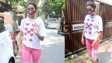 Ananya Panday Photos: योगा क्लासेस के बाहर स्पॉट हुई अनन्या पांडे, Heart Tee में दिखाया खूबसूरत लुक
