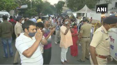Angarki Sankashti Chaturthi 2021: सिद्धिविनायक गणपति मंदिर के बाहर से भक्तों ने की पूजा, कोविड-19 के बढ़ते मामलों के चलते लगाए गए हैं प्रतिबंध