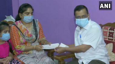 दिल्ली: कोरोना के शिकार हुए शिक्षक नितिन तवर के परिवार वालों से मिले सीएम अरविंद केजरीवाल, सौंपा 1 करोड़ रुपए का चेक