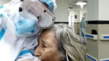कोलकाता: COVID-19 को मात देने के बाद 75 वर्षीय महिला हुई भावुक, डॉक्टर को लगाया गले (See Viral Pics)