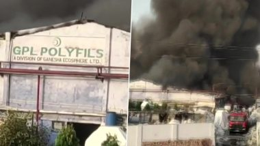 Uttar Pradesh: कानपूर में एक प्लास्टिक फैक्ट्री में लगी आग, दमकल विभाग की गाड़ियां आग पर काबू पाने की कोशिश में लगे है