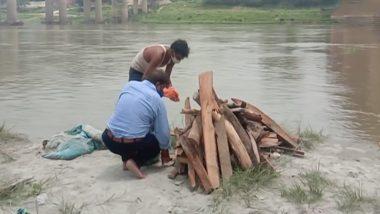 UP: गंगा के बढ़ते जलस्तर ने खड़ी की नई परेशानी, प्रयागराज में बाहर आने लगे दफनाए गए शव