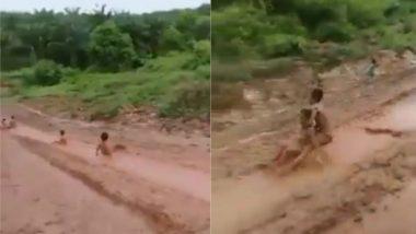 कीचड़ से लथपथ सड़क पर मिट्टी में लोट-पोट होकर खेलते दिखे बच्चे, Viral Video देख ताजा हो जाएगी बचपन की यादें