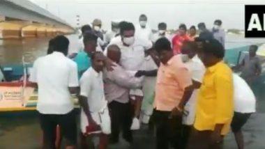 तमिलनाडु: पानी में कदम रखने से मंत्री अनीता राधाकृष्णन ने किया इनकार तो मछुआरों ने उन्हें अपने कंधे पर उठाया (Watch Video)