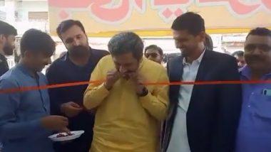 Viral Video: पाकिस्तानी मंत्री ने रिबन काटने के लिए दांतों का किया इस्तेमाल, इंटरनेट पर लोगों ने कहा-'इनके दंत मंजन का कमाल है'